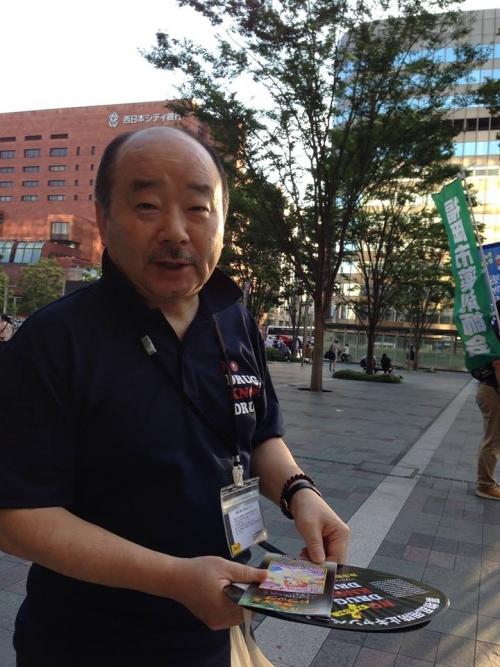啓発資料を市民に手渡す瀬尾会長(昨年の様子)