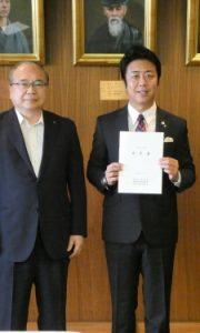 2018.08.20 高島宗一郎福岡市長との手交会。三師会から要望書を渡しました。